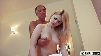 Bodacious chicks share cock in bedroom